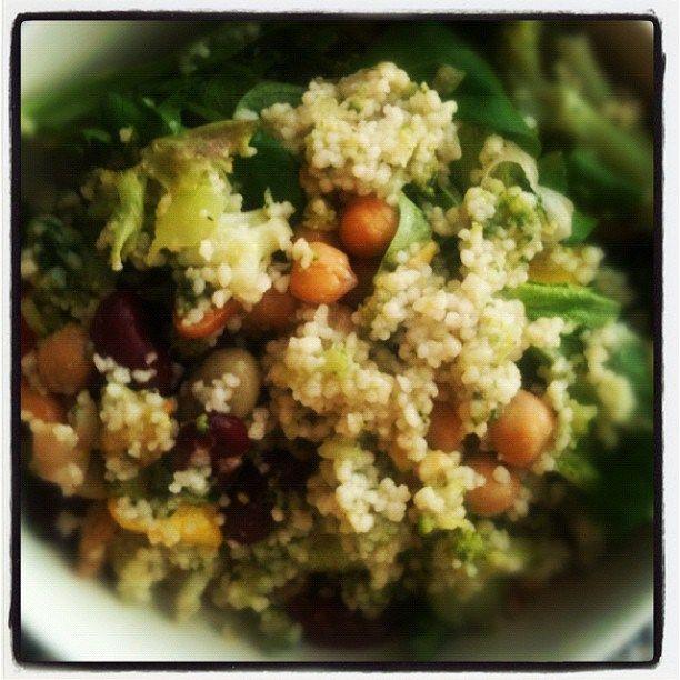 Couscous met linzen, kikkererwten, tomaat, bonen, avocado, noten en zaden