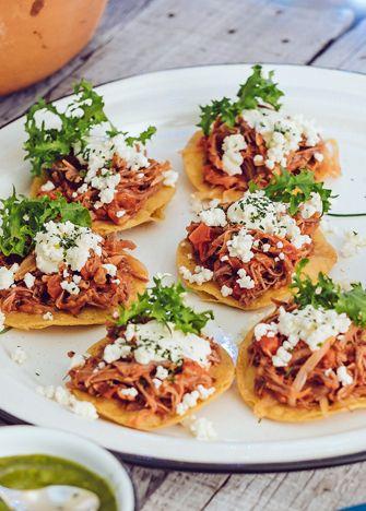Tostadas de tinga de res. En tu próxima reunión disfruta de unas deliciosas tostadas de tinga res, son muy fáciles de preparar. | www.cocinavital.mx