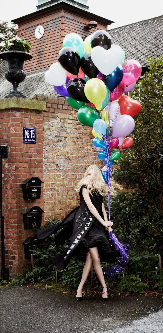 love the black balloons in the mix..