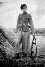 """Leonard Gierłowski """"Wnuczek"""", żołnierz  oddziałów """"Marynarza""""  i """"Nurka"""" (uzbrojony  w zrzutowy amerykański  pistolet maszynowy Udet)"""