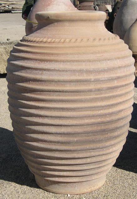 Antiguas tinajas de barro griego con anillas
