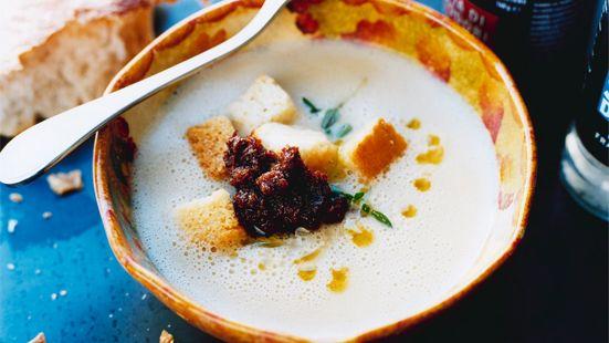 Skölj cannellinibönorna i kallt vatten. Koka upp bönorna med vatten, citronsaft och olivolja. Mixa sedan soppan slät med stavmixer eller matberedare. Smaka av med salt och peppar. Servera med brödkrutonger, en stor klick tomatcreme och färsk timjan. Ringla god olivolja över.