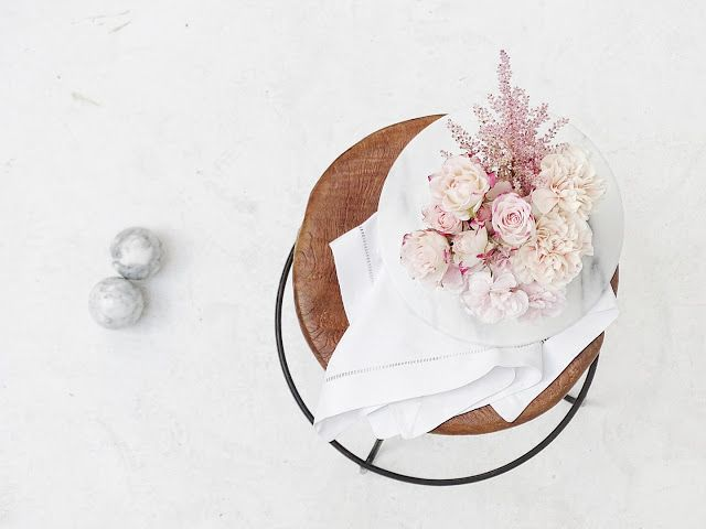 Auf der Mammilade n-Seite des Lebens   Personal Lifestyle Blog   Kreativ mit Blumen und Pflanzen   Tipps für das Gestalten und Fotografieren von Stillleben   Fotostudio   Photo Props   Klavierhocker Holz   Rosen   Nelken   Marmor Kugeln