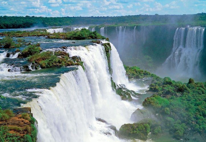 Foz do Iguaçu (PR): A CVC (www.cvc.com.br) sugere um pacote de quatro noites com passagem aérea, traslado e hospedagem no Hotel Manacá com café da manhã. Inclui ainda ingresso para Hidrelétrica de Itaipu e transporte gratuíto ao Duty Free Shop Argentina. Sai R$ 1.418 por pessoa. Reservas: (11) 3003-9282 (Preços e condições consultados em outubro de 2016 e sujeitos a alterações. Entre em contato com o estabelecimento antes de fazer a reserva)