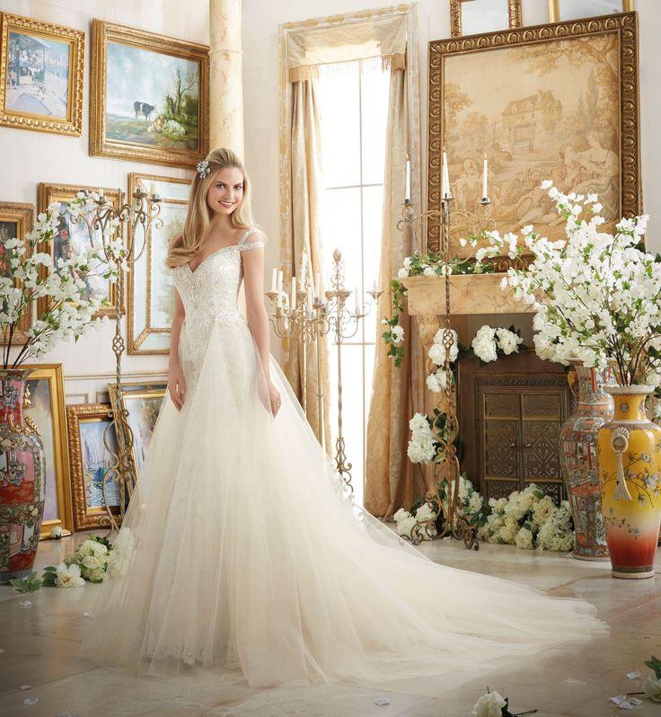 Zachwycająca Suknia ślubna Mori Lee z doczepianym tiulowym trenem. Jeśli nie wiesz na jaki krój sukni zdecydować się, czy litera …