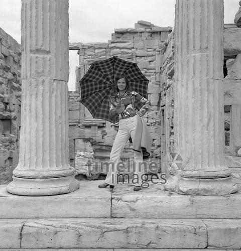 Frau vor der Akropolis in Athen, 1969 Juergen/Timeline Images #black #white #schwarz #weiß #Fotographie #photography #historisch #historical #traditional #traditionell #retro #nostalgic #Nostalgie #Sonnenschirm #Sommer #Sonne #Schirm #Sonnenschutz #Athen #Akropolis #Urlaub #Reise #Ferien #Griechenland #60er #Frau #Damenmode #Mode