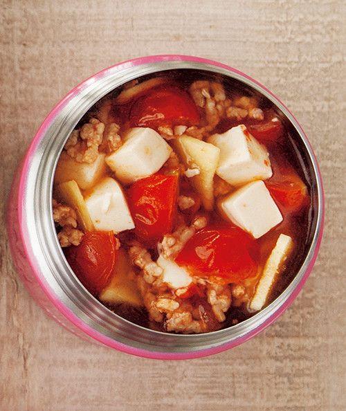 トマトと豚ひき肉のチリスープ   しょうがを使ったスープジャーランチで体の芯からポカポカに! マキアオンライン    材料 (1人分) ミニトマト(4つ割り) 4~5個 絹ごし豆腐(さいの目切り) 50g しょうが(薄切り) 1かけ分 ■ A 豚ひき肉 50g ケチャップ 大さじ1(16g) 塩麹 小さじ1 ■ B 塩、こしょう、チリパウダー 各少々 プレミアムサービス カロリー・塩分を計算 作り方 1 スープジャーにトマト、豆腐、しょうがを入れ、熱湯を注いでフタをし、2分温める。 2 具材が出ないよう内ブタを使って湯切りをする。 3 その間、耐熱皿にAをのせて軽く混ぜ、ラップをしてレンジで1分加熱する。 4 スープジャーに①のひき肉を入れてBを加える。内側の線の5mm下まで熱湯を注ぎ、フタをして軽く振り、3時間おく。