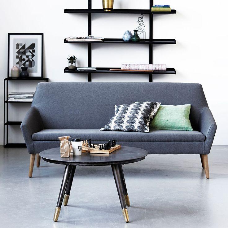 Stilren och enkel soffa med ett trendigt soffbord.  Finns på www.furnitureplace.se  Foto credit: House Doctor