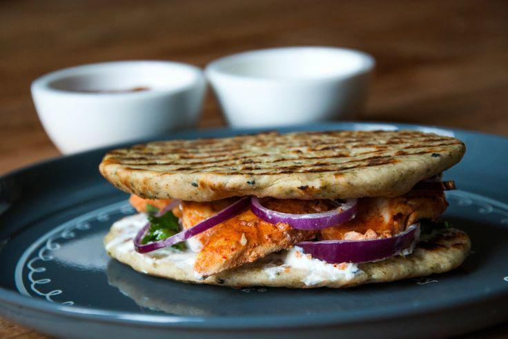 Hoewel een tosti ham-kaas-tomaat nog zo lekker kan zijn, kan een beetje variatie in de keuken nooit kwaad. Zo maakte Judith van My Food Blog deze op India geïnspireerde variant met onder andere naanbrood, kip en tandoorikruiden. Mmm…! Pers het teentje knoflook uit en meng met het citroensap, yoghurt en tandoorikruiden.Smeer hier de kipfilet mee …