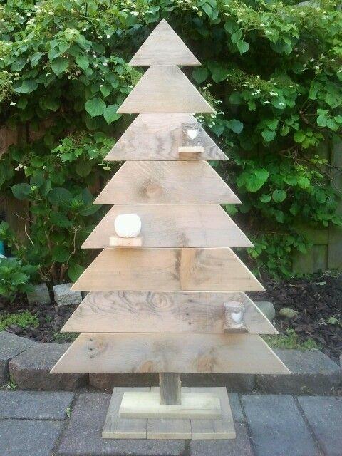 Houten kerstboom van oud pallethout. Sloophout.