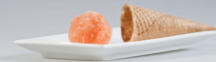 Sorbetijs van cantaloupe meloen. Kan ook zonder ijsmachine worden gemaakt!