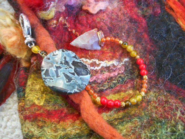 noch ein paar Details der Trommeltasche:  Kambaba Jaspis mit Karneol, Achat und Koralle und einer Achat Pfeilspitze.............