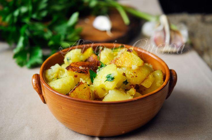 Patate trifolate in padella, cucina lombarda, ricetta facile, contorno saporito per menu di carne o pesce, pranzo, cena, ricetta facile con patate, piatto economico