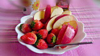 フルーツランチ(・o・)!大好きなリンゴ。3割引きシール貼ってあったイチゴと一緒に軽めの昼食。(*≧∀≦*) - 15件のもぐもぐ - お昼ごはん。。。(*u_u) by mikipoppo