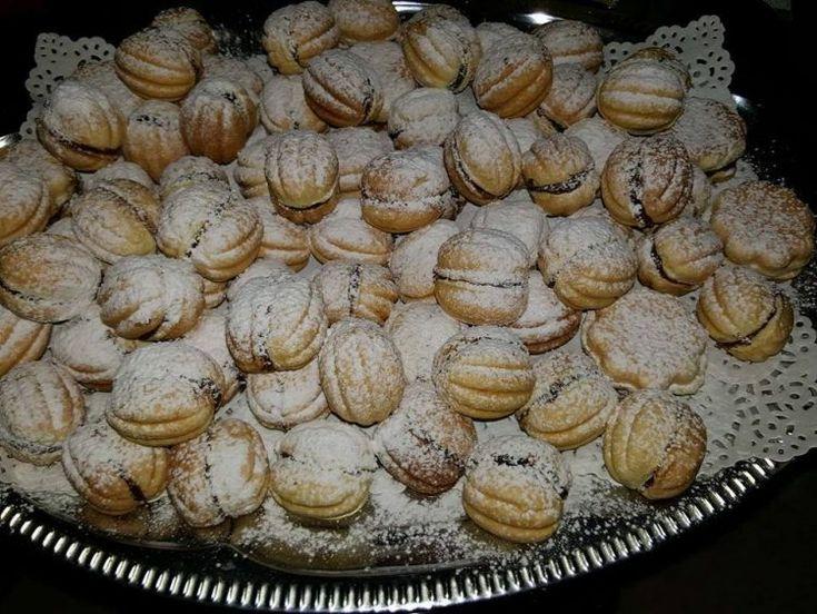"""Fotografiile apartin doamnei Isabela Condrea din Dorohoi (Ingredientele prezentate sunt pentru 1.500 gr) Ingrediente pentru aluat: 200 gr de unt ( cu 80% grăsime), 650 gr de făină, 4 ouă, 4 linguri de zahăr, un pliculeţ de praf de copt, 100 gr zahăr pudră Ingrediente pentru cremă: 200 gr din marginile rămase după tăierea """"cojilor"""" …"""