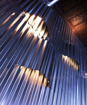Διακόσμηση τοίχου με φωτισμό σε café. Κατασκευή από κυμματοειδή φύλλα τσίγκου. Δείτε περισσότερα έργα μας στο  http://www.artease.gr/interior-design/emporikoi-xoroi/