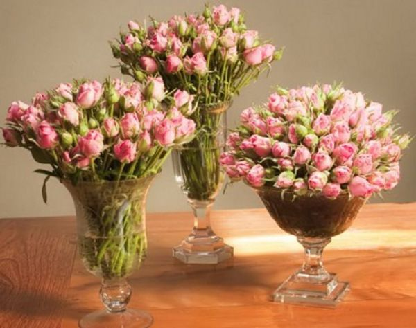 Arranjos de Flores,Arranjo clássico composto por três jarras de pé, em vidro, que usa ramos bem cheios de pequenas rosas cor de rosa claro. Ideal para centro de mesa em casamentos ou batizados.