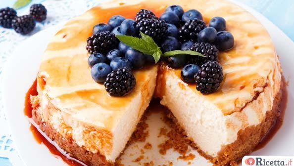 La cheesecake è la regina delle torte fredde estive è meravigliosa perché si adatta a dessert per cene tra amici ma essendo molto versatile, potete utilizzarla anche come merenda per i vostri bambini. Vi proponiamo questa cheesecake molto semplice ma che ha come tocco finale la copertura in caramello che la rende unica e squisi
