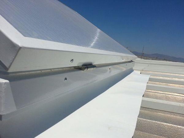 Nanolux Ventilation; açılır kapanır özelliğe sahip ısı yalıtımlı bir çatı ışıklığı sistemidir. İçerisinde ısı yalıtımı sağlayan silika bazlı aerogel kullanılan polikarbon ışıklıklar; 180 dereceye kadar açılabilme mekanizmasına sahiptir ve havalandırma sağlamaktadır