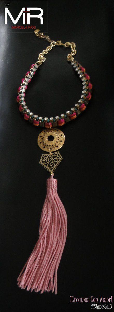 Línea: Shines2o16 Ref: VOO4 Cop:$38.ooo Descripción: Collar tipo gargantilla, tejido con cordones delicados color fucsia, naranja y lentejuelas. Adornado con una linda brooms color rosa.  ¡Te encantará!  *Sujeto a disponibilidad.