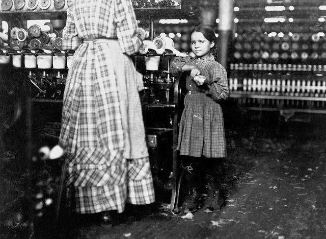 Η εφτάχρονη Fannie βοηθά την αδελφή της στο κλωστήριο στο Τενεσί (1910) Η οικογένεια έχει 19 παιδιά