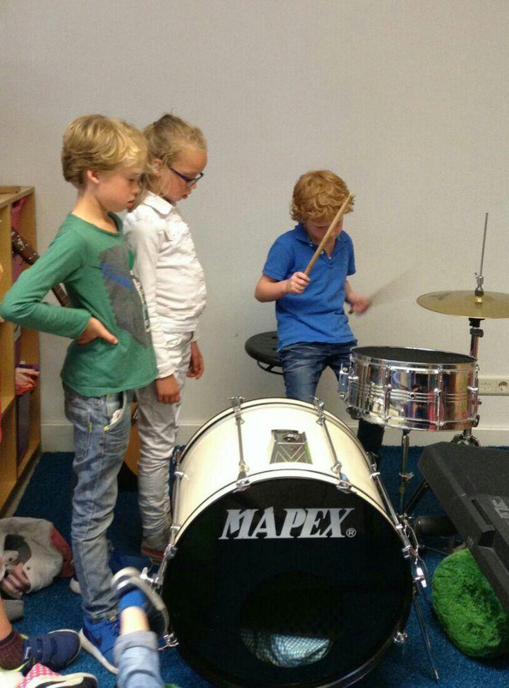 Drummen op de BSO, natuurlijk doen we dat. En dan schrijven we zelf nummers.