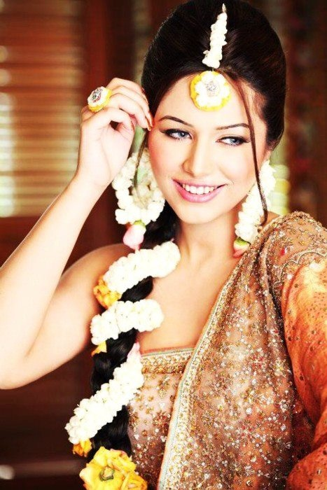 A bride definitely requires flowers in her braid for the mehndi.