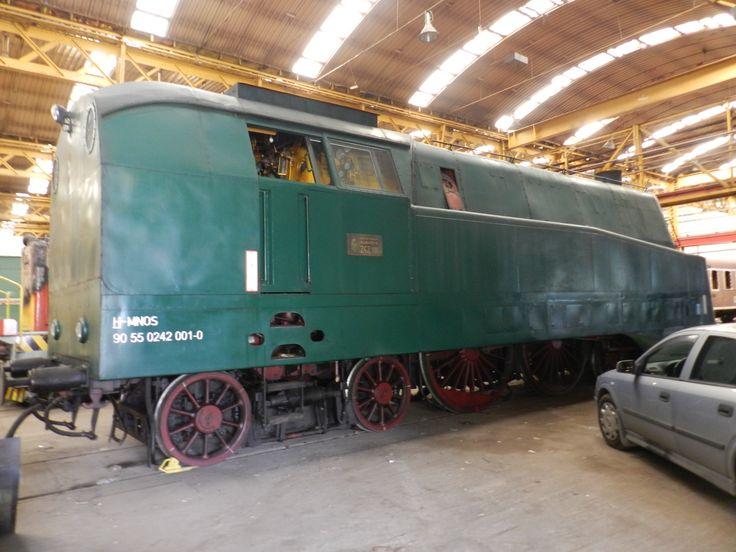 A 242-001 pályaszámú áramvonalas magyar gőzmozdony, becenevén a Koporsó, a Nosztalgia Istvántelki műhelyében..