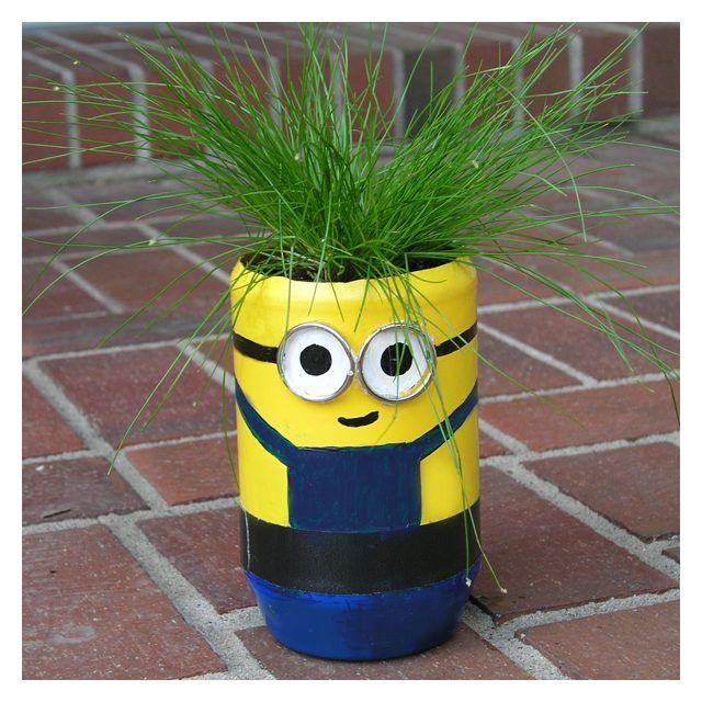 E' il momento di sistemare piante e fiori. E non c'è modo migliore per farlo di questo: utilizzare vasi creativi realizzati con plastica e flaconi riciclati