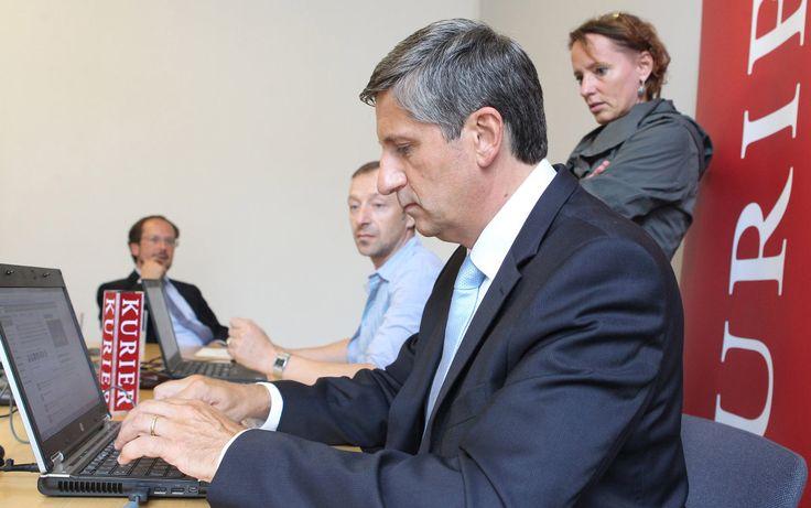 28.8.2013: Michael Spindelegger (ÖVP) im KURIER-Wahlchat (Im Hintergrund Redakteurin Daniela Kittner)