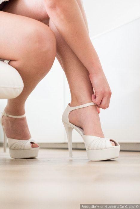 Scarpe da sposa con braccialetto e open toe. Per le spose amanti dei tacchi