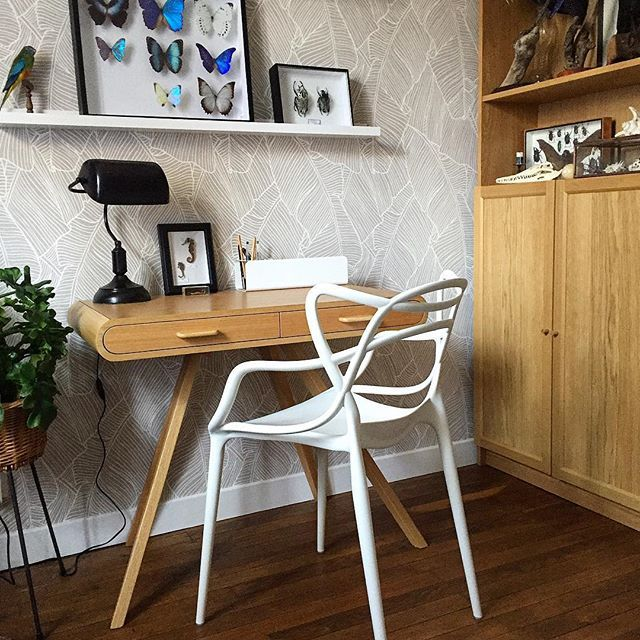 Rien de mieux que la Master chaise de @kartell_official pour s'assoir à son bureau (design @starck)  bureau @madedotcom, bibliothèque @ikeafrance, papier peint bananier @castorama_france #winkdeco #wink #homedecor #decoration #homedecor #homedesign #homestyle #myhome #mysweethome #homesweethome #scandinave #decoaddict #instadeco #interieur #insparation #picoftheday #instadeco #instahome #lovedeco #athome #annee50 #50 #bureau #office #ikea #madedotcom #kartell #starck #castorama