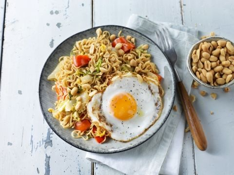 Noedel roerbak met Chinese kool, paprika en gebakken ei