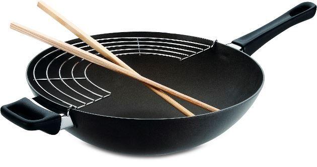 Wok med rist og pinde fra Scanpan er med patenterede keramisk titanium belægning, der sørger for intet brænder fast.Wokkens tykkekonstruktion sørger for en god varmefordeling, så indholdet bliver tilberedt jævnt. 32 cm.