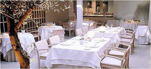 Restaurante El Chaflán: Cuando entras por primera vez en el Restaurante El Chaflán llama la atención el único elemento decorativo del comedor: un olivo. La decoración restante es vanguardista sin perder calidez. Durante los meses de verano se puede cenar al aire libre en un patio interior; toda una delicia.    http://www.sibaritissimo.com/el-chaflan/    #restaurantes #restaurantesdeespana #madrid #juanpedrofelipe #elchaflan