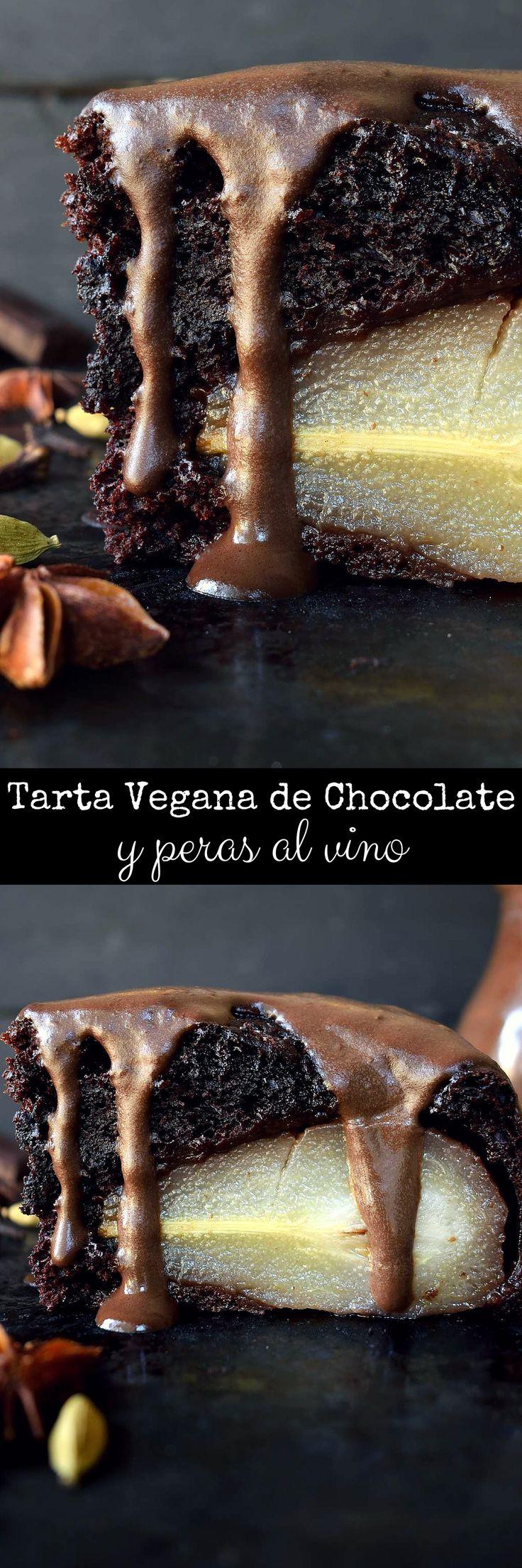 Tarta vegana de chocolate y peras al vino es fácil hacer pero impresionante. Una tarta de chocolate con sabores de naranja y especias y peras cocidas en vino tinto y una salsa de chocolate.