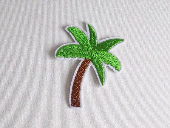 Écusson fantaisie en forme de palmier.  Patch thermocollant brodé pour textile, pour décorer et customiser vestes, t-shirts, sac en tissu, etc... Pour coudre sur vos vêtements ou à appliquer au fer à repasser.  Coloris vert et marron clair.  1 pièce  Dimensions: environ 5.5 cm x 7 cm