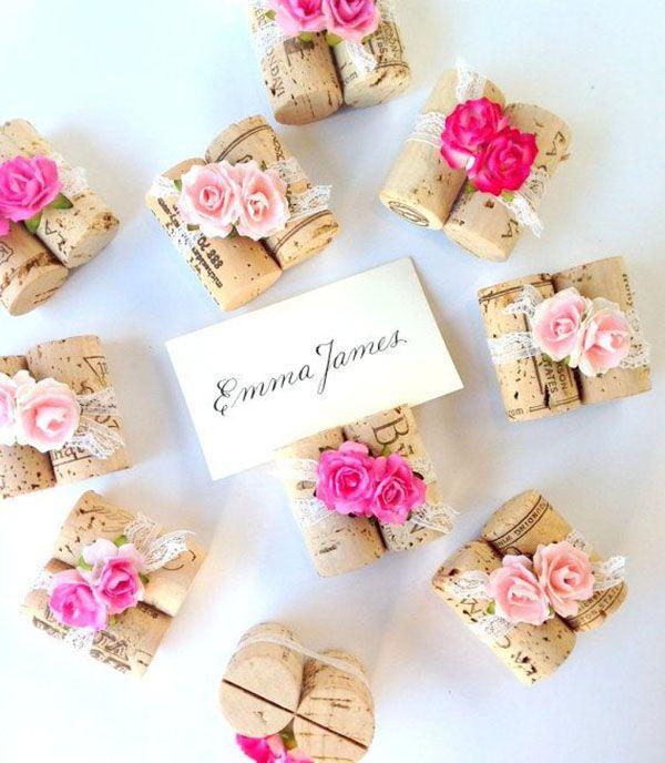segnaposto matrimonio con tappi di sughero e fiori di carta