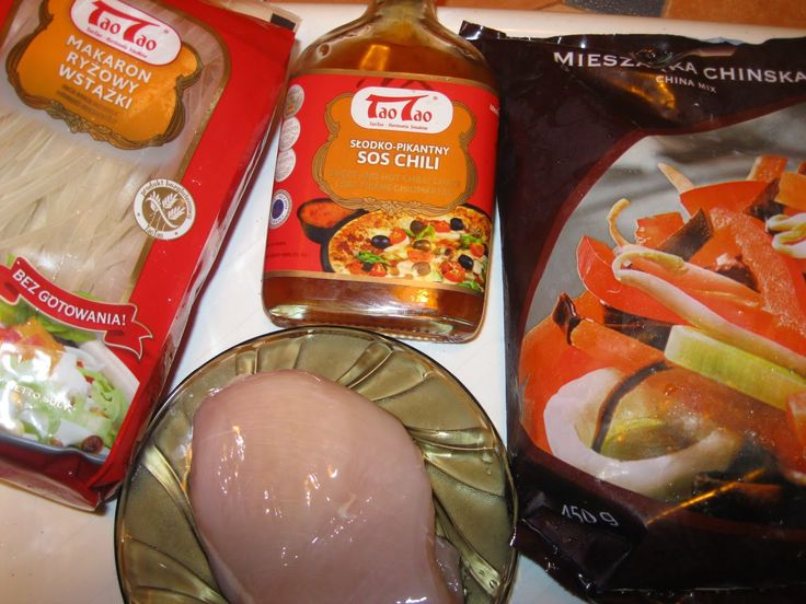 KalMar-owa kuchnia: W ramach pierwszego zadania przygotowałam ciepły posiłek - dokupiłam makaron ryżowy Tao Tao - wstążki, mrożoną mieszankę chińską i filet z kurczaka. Po prostu rewelacja!