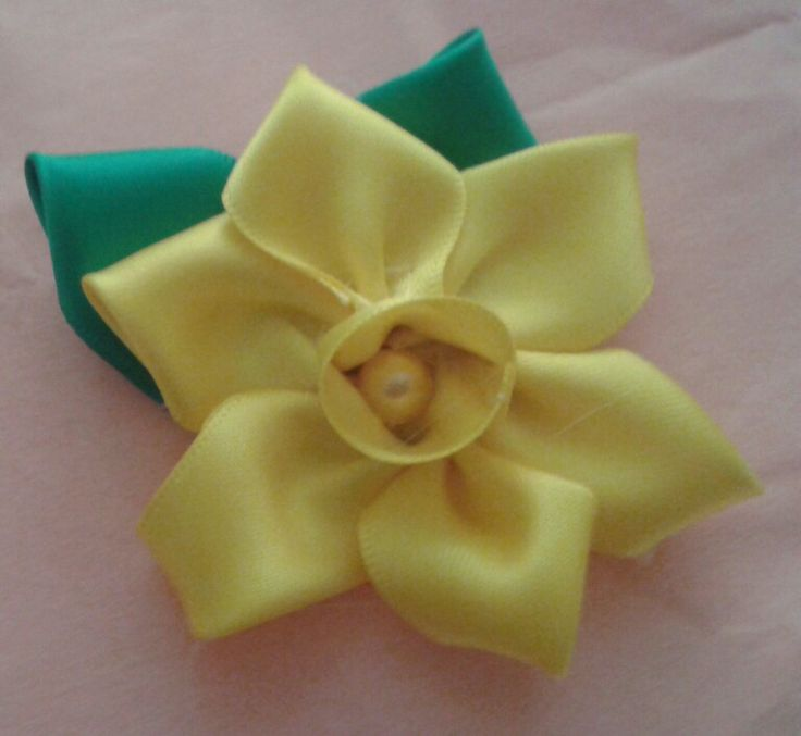 Ribbon daffodil brooch