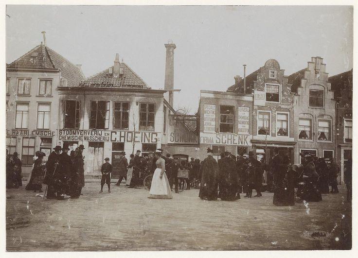 Verbrande panden van de 'Haarlemsche Stoomververij en Chemische Wasserij' van de firma C. Hoeing en Schenk op de Gedempte Oude Gracht, 1 april 1903. Fotograaf: Anoniem