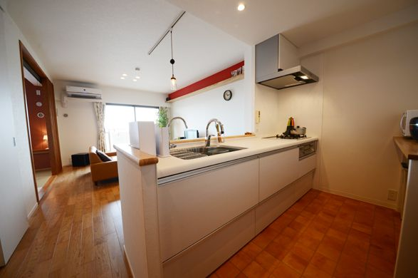 キッチンからリビングと和室を見渡せます。暖色基調の柔らかい空間です。
