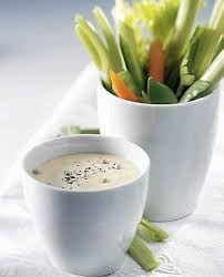 Ingredienti per 4 persone:  12 pomodorini  1 finocchio  2 coste di sedano  2 carote  per la salsa allo yogurt  170 g di yogurt naturale de...