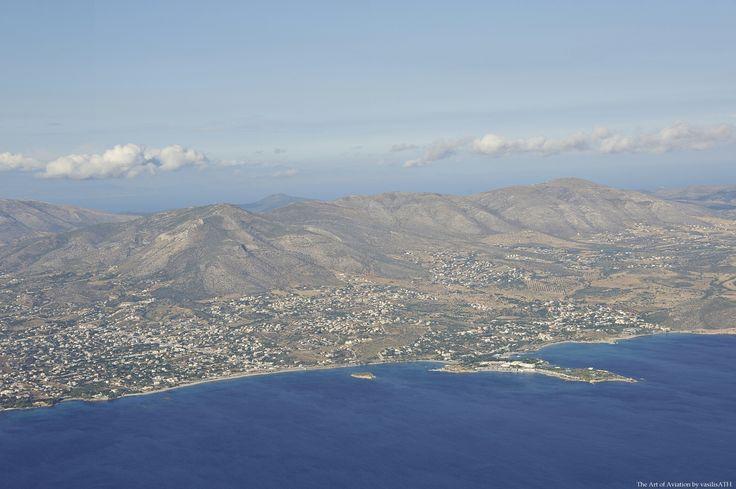 Αττική πλησιάζοντας για την προσγείωση στην Αθήνα πάνω από τον Σαρωνικό, ανοιχτά από το Λαγονήσι