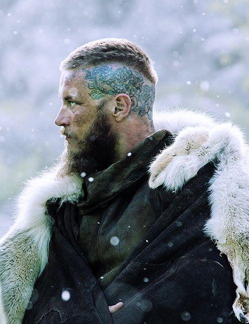 Tatouage sur le crâne du viking Ragnar Lothbrok : Vikings saison 3 dans Vikings : les tatouages des personnages de la série en 10 photos