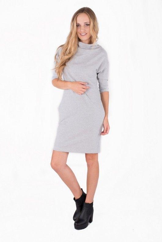Dresowa sukienka o prostym kroju z wysoką stójka oraz kieszeniami. Wykonana z wysokiej jakości polskiej dzianiny dresowej.                                                                                         WYMIARY:                                          S/M BIUST 86-92cm TALIA 80-88 cm...