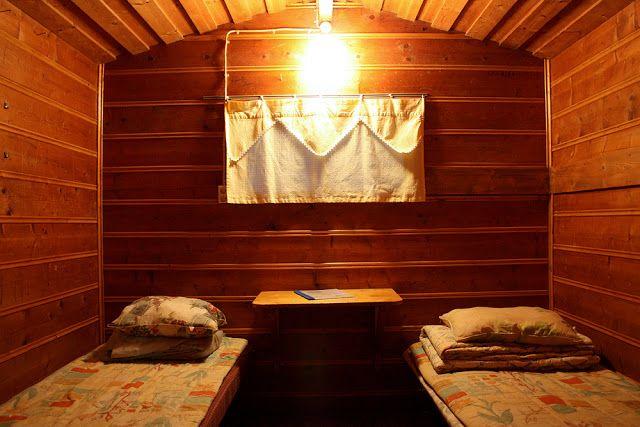 Tampereella vietetyn herkuttelupäivän päätteeksi pötkähdimme täysien vatsojemme viereen pikku mökissä Pyhäjärven rannalla, Härmälän leirintäalueella.