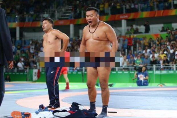 Tak puas hati tak menang gangsa jurulatih Mongolia tanggal baju dan seluar dan baring atas gelanggang tanda protes   HARI terakhir Olimpik Rio dikejutkan dengan kontroversi membabitkan acara gusti lelaki.  Atlet Mongolia Ganzorigiin Mandakhnaran menentang Ikhtiyor Navruzov dari Uzbekistan dalam penentuan pingat gangsa bagi acara disiplin 65 kilogram.  Jurulatih Atlet Gusti Mongolia Tanggal Pakaian Bantah Keputusan  Mandakhnaran tewas 1-3 dalam keputusan penuh kontroversi sehingga menimbulkan…