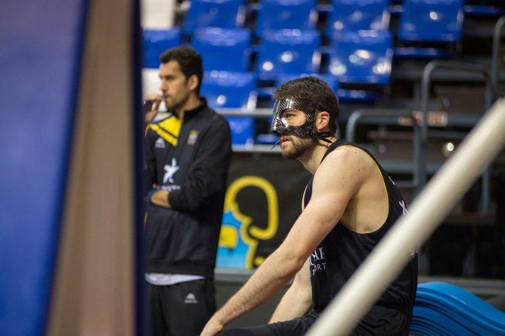 Mike Tobey se entrena con la máscara protectora