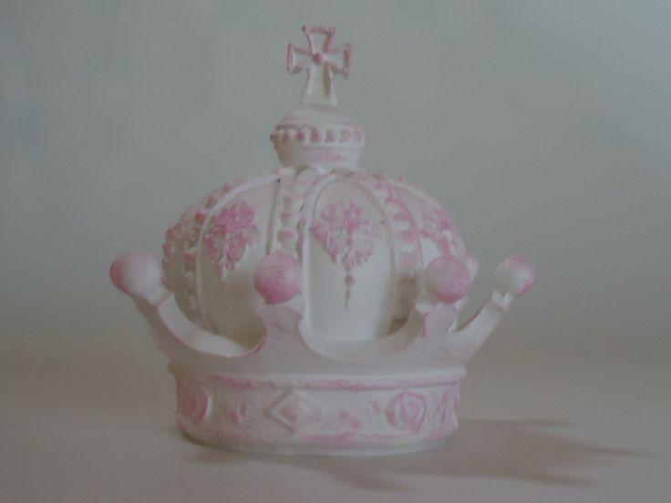 coroa em resina 3D pintado em branco com patina rosa, podemos fazer em provençal ou coloridos  Ideal para decoração em conjunto com espelhos para quartos, salas, cenarios de festas e lojas   MEDIDA_ ALTURA 12,5 largura 13CM    veja mais produtos na nossa loja:  http://www.elo7.com.br/fuxicandoart...